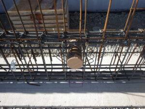 地中梁配管スリーブ設置及び補強筋設置 (1)